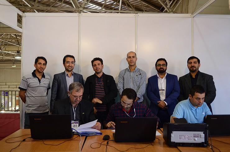 عکس یادگاری همکاران انفورماتیک سومین نمایشگاه تجهیزات و مواد آزمایشگاهی ساخت ایران