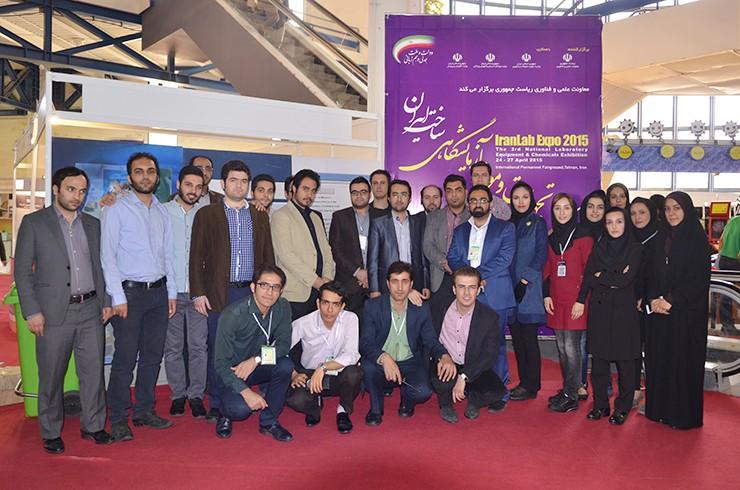 عکس یادگاری همکاران دبیرخانه و اجرایی سومین نمایشگاه تجهیزات و مواد آزمایشگاهی ساخت ایران
